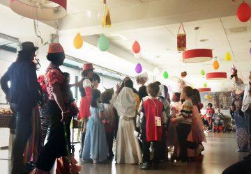 Au carnaval des Glycines, les élèves de l'école Jules Simon rencontrent les résidents d'une maison de retraite